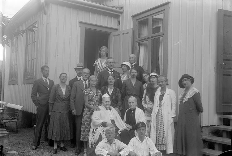 """Enligt fotografens journal n6 1930-1943: """"Enander, Fru Octavie 90 årsdag, Gottskär""""."""