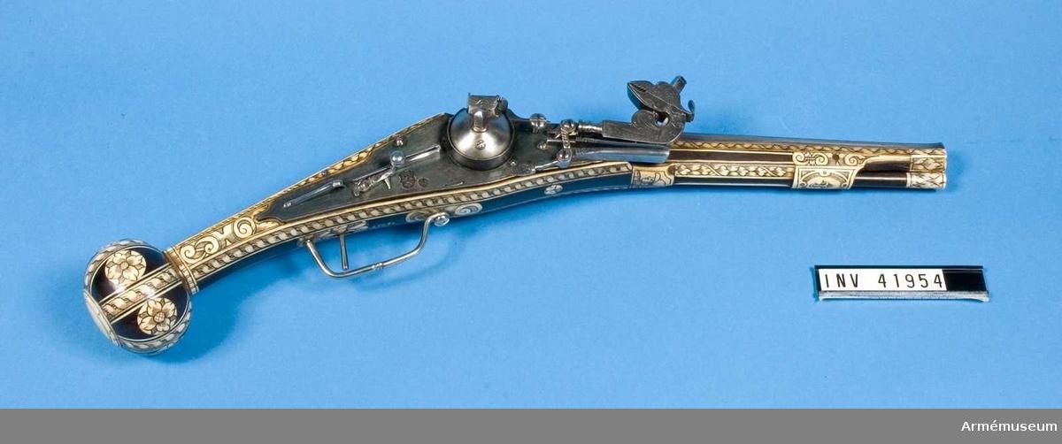 Grupp E III. Hjullåspistol, 1500-talets senare hälft, Tyskland.  Fotografi finns. Med undantag av låset är detta vapen helt lika med AM.041953. Pipan har dock en stämpel med en fågel samt dessutom Augsburgs pinjekotte.   Låset med automatisk fängpannelock och kupig hjulbuckla samt på blecket Nürnbergs stämpel och en stämpel med en lilja och bokstäverna L S.