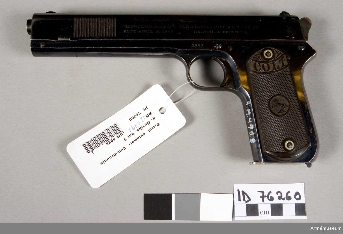 """Grupp E III.  På pistolens högra sida står """"Browning patent"""" Colts patent fire arms M.F.G.C.O., pat'd April 30 1897 Hartford Conn. U.S.A., samt tillverkningsnummer 2853. På motsvarande sida står: Automatic Colt, Calibre 38, rimless, smokeless. På magasinsbotten står: Pat. Sept. 9 1884. Antaget armévapen i Mexiko."""