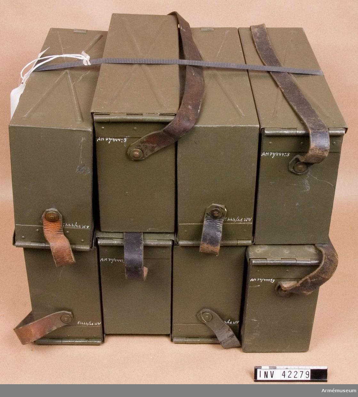 Grupp E IV. Samhörande till kulsprutan (AM.042798) finns lavett, åtta bandlådor. tillbehörslåda med innehåll, två bärhandtag, riktmärke med tillbehör, ångslang, vattenlåda, reservpipa i fodral, fyra reservpipor i trälåda.