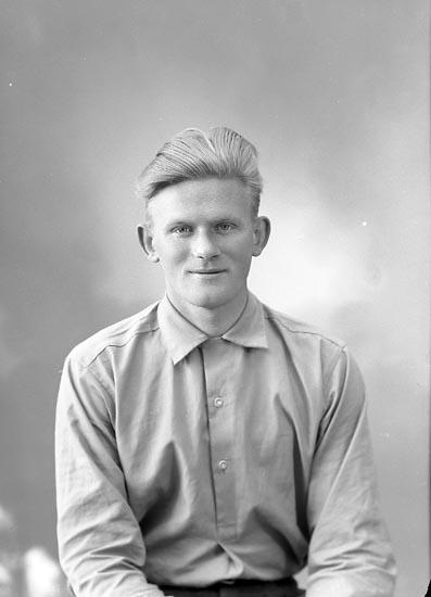 """Enligt fotografens journal nr 8 1951-1957: """"Karlsson, Gunnar Lind Höviksnäs""""."""