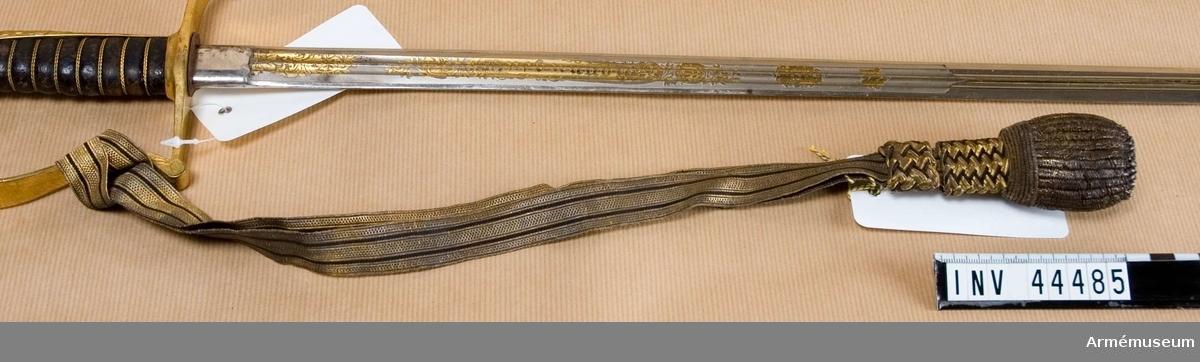 Samhörande nummer är 44483-5, sabel, balja, portepé. Grupp D II. Har burits av generalmajoren mm. K A B Amundson, född 1873, död 1938. DEP  1943-09 hos Göteborgs Stadsmuseum, skansen Kronan.  GMM-nr 4068. Återlämnad i januari 1999.