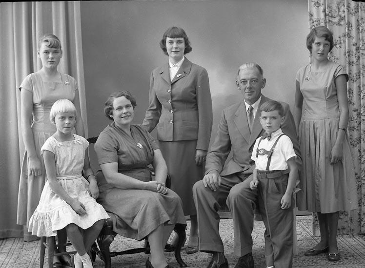 """Enligt fotografens journal nr 8 1951-1957: """"Hansson, Herr Helmer Ö. Skår, Ödsmål""""."""