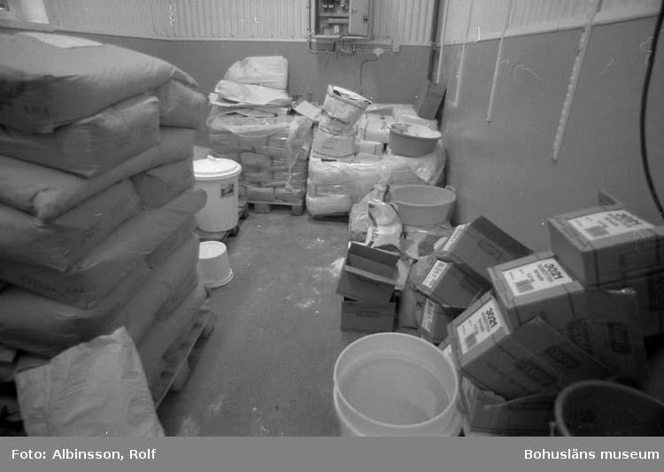 """Enligt fotografens noteringar: """"Kryddförådet på Hållöfisk."""" Fototid: 1995-11-16."""