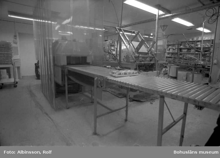 """Enligt fotografens noteringar: """"Krymptunnel med färdiga förpackningar."""" Fototid: 1995-11-16."""