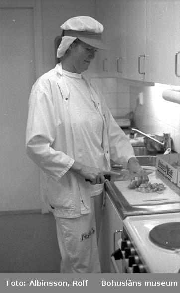 """Enligt fotografens noteringar: """"Eva Rytterstig arbetar heltid i provköket och produktutvecklar. Här är hon i personalmatsalen och testar några nya idéer. """"Fiskgratänger skall smaka hemgjort"""". säger hon."""" Fototid: 1996-01-19."""