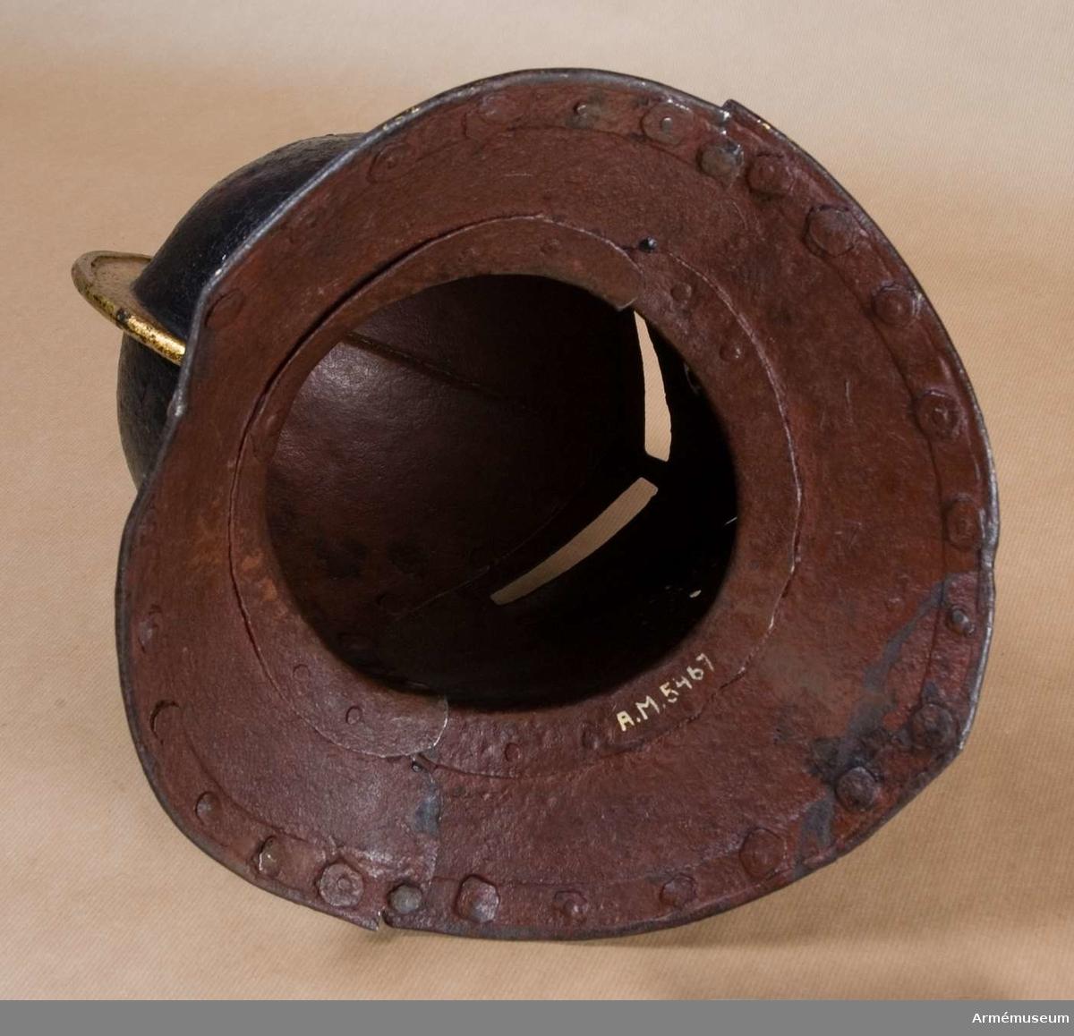 Grupp D IV. Ur halvrustning för kyrrassiär 1600-1650. Består av harnesk, hjälm, bentyg, ryggskena och visirhjälm. Mage och armtyg fattas.