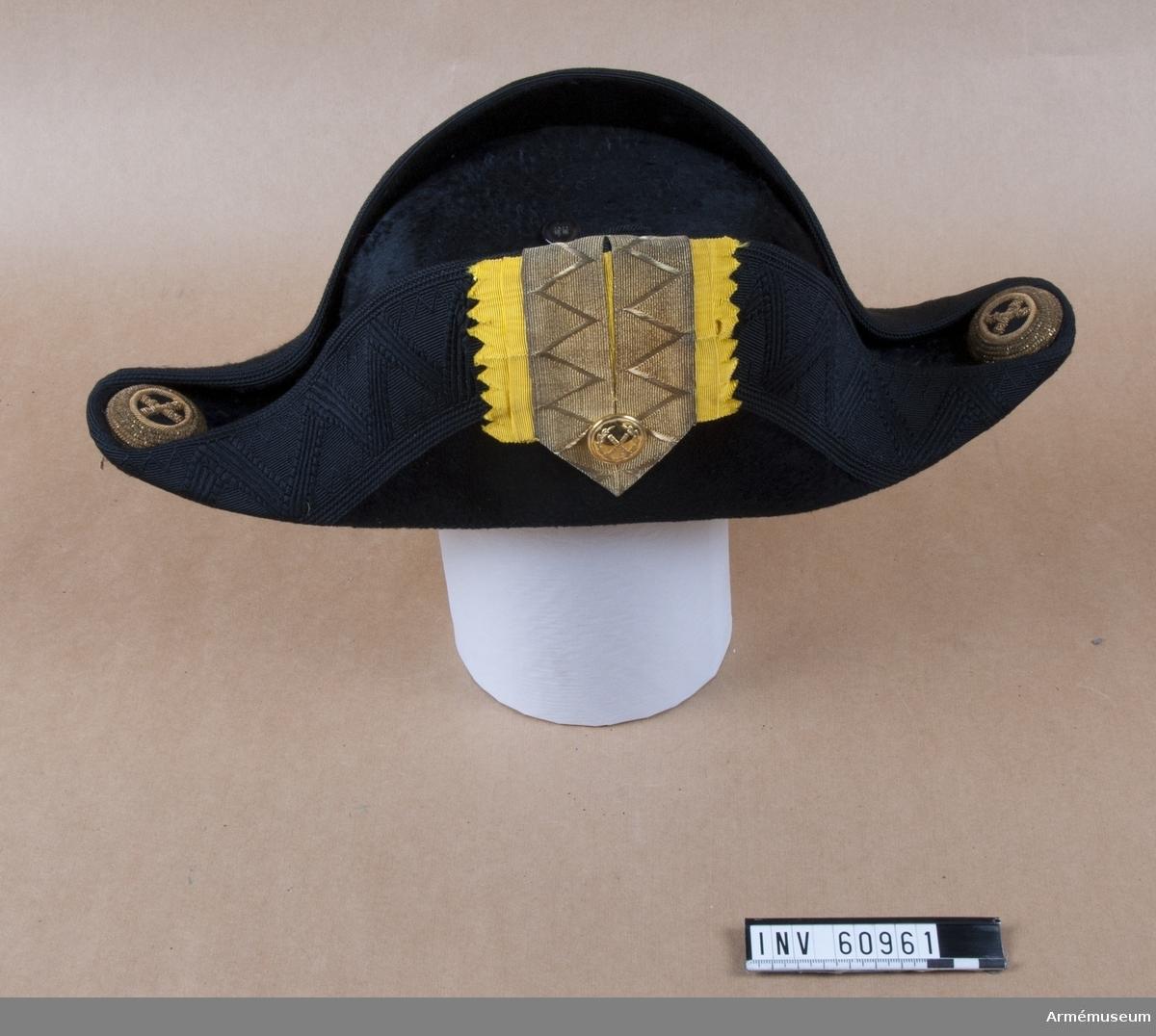 Grupp C I. Trekantig hatt med samhörane träfodral. Ur uniform för major vid Generalstaben, bestående av vapenrock, epåletter, axelklaffar, hatt med plym.