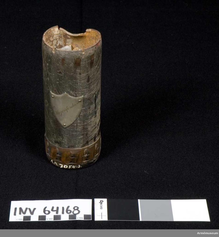 Grupp F II.   Samhörande är en samling granater och sprängstycken i elva delar, bestående av två granatkartescher, koniskt lock, splitter, granatdel m m. Samtliga tagna av överste Wester under olika fälttåg.