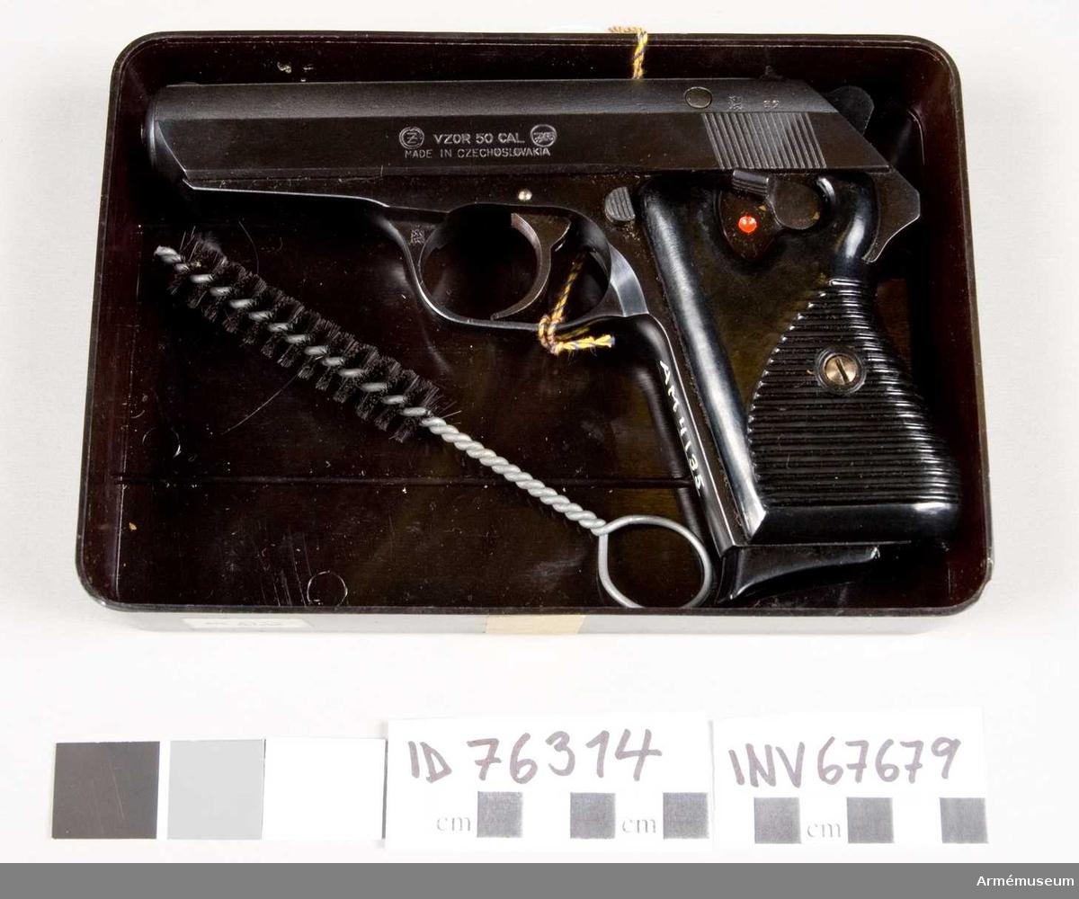 Består av: 1 pistol, 1 magasin, 1 borstviskare, 1 låda av plast. Typ Browning. Vapnet märkt med Z (2:a?) inom en ring, VZOR CAL 7,65.