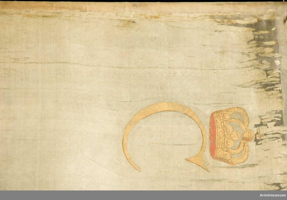 Duk: Tillverkad av enkel vit sidentaft. Två våder horisontellt sammansydda. Fäst med en rad tennlickor på band. Tennlickorna fortsätter ned på stången.  Dekor: Målad på inre sidan inom en nedtill med rosett hopknuten krans av två gyllenelagerkvistar med bär, Närkes vapen. Sköld med rött fält varpå två gyllene korsade pilar, åtföljda av fyra i vinklarna ställda silverrosor. Skölden krönt av en öppen gyllene krona med rött kronfoder.  Över och under skölden inskriptionsband i silver (?) med fladdrande tvekluvna ändar med inskrift i guld. I hörnen av slutna, gyllene med rött innerfoder krönta kronor bokstäver i guld C-R-G-[S].  Yttre sidan omvänt lika men på sköldens röda fält Värmlands sköldemärke, en svart krönt örn. På silverbandet text.  Stång: Tillverkad av trä, något brunmålad(?). Holk av förgylld mässing. Saknar spets.