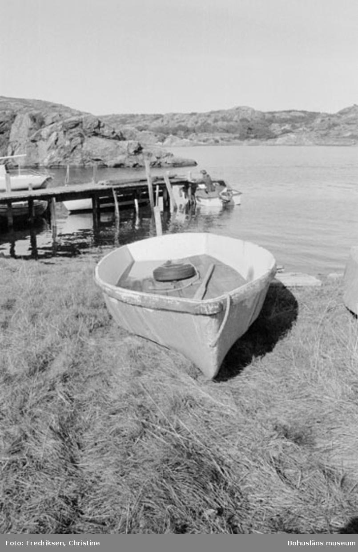 """Motivbeskrivning: """"Klöveröns varv, pråm tillhörande Henry Josefsson, Klöverön. Används till att frakta ungdjur till Koön."""" Datum: 19800919"""