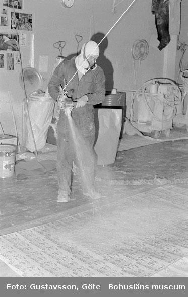 """Motivbeskrivning: """"Gullmarsvarvet AB, på bilden syns Conny Lindkvist vid spraymastern."""" Datum: 19801031"""