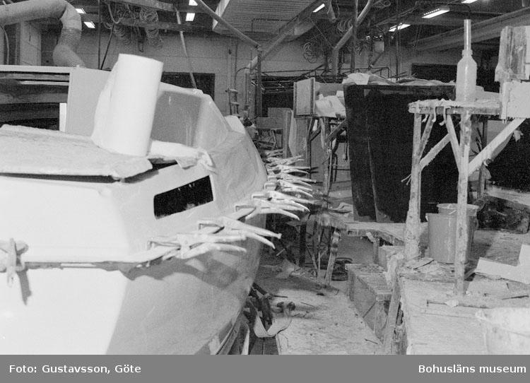 """Motivbeskrivning: """"Gullmarsvarvet AB, c-hallen, monteringshallen."""" Datum: 19801031"""