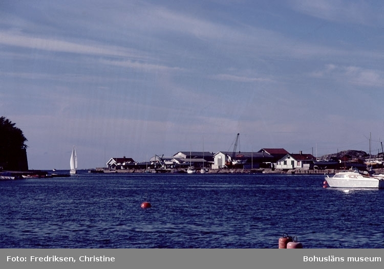 """Motivbeskrivning: """"Marstrand. På bilden syns Maleperts Båtvarv, Koön.""""  Datum: 1980-10-03."""
