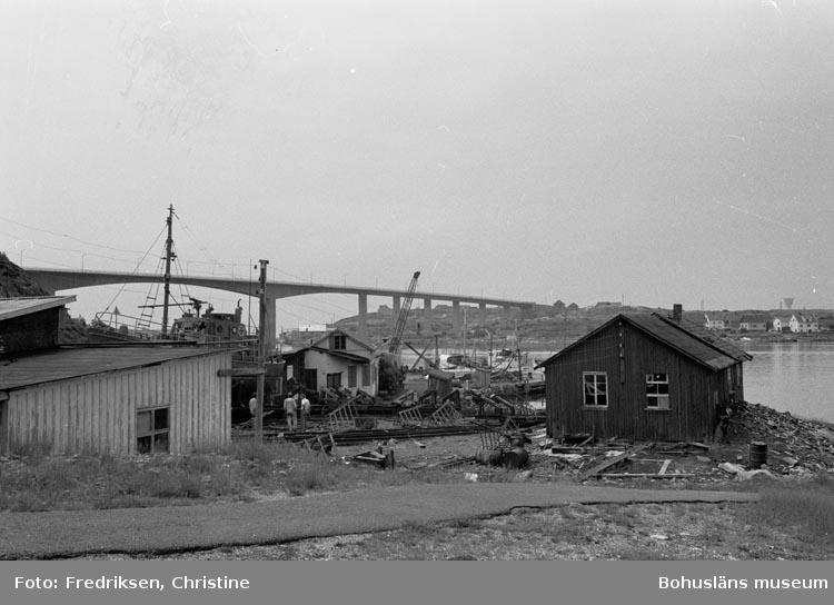 """Motivbeskrivning: """"Kungshamns Slip och Mekaniska verkstad, """"Roparebacken"""" Kungshamn""""."""