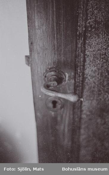 """Bohusläns samhälls- och näringsliv. 2. STENINDUSTRIN. Film: 3  Text som medföljde bilden: """"Detalj barackerna. April -77."""""""