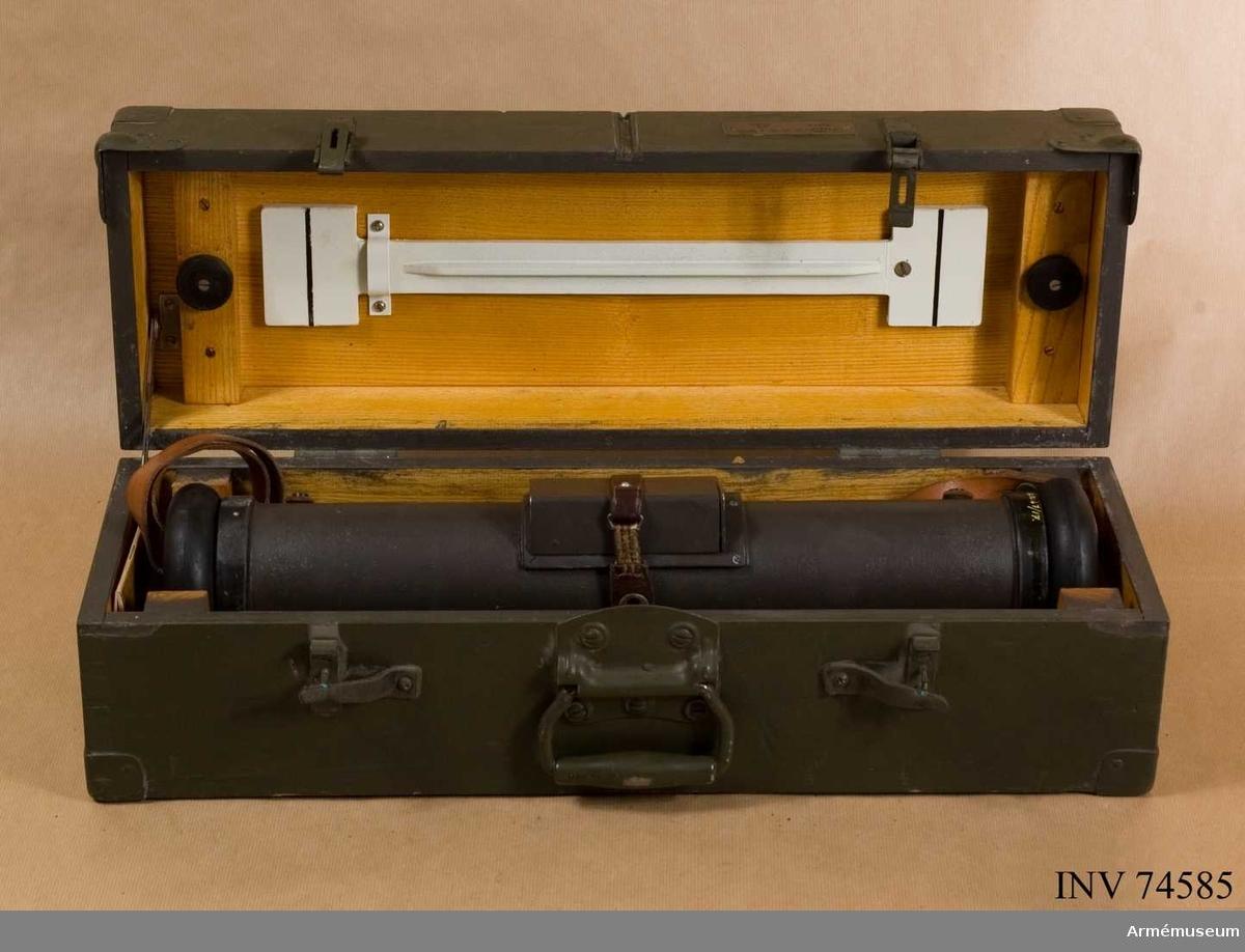 Grupp F III. Tillbehör: förpackningslåda av gråmålat trä, bärrem, tygpåse innehållande sämskinn och pensel, materielkontrollbok.