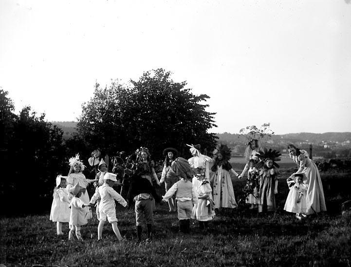 """Enligt fotografens noteringar: """"Ringdans af """"Blommor."""" Plats: Skanskullen Datum: 30 Juli 1897 Tid: Kl 6.45 e.m. Ljus: Solsken Bländare: No 2 Objektiv: Svenska Express Exponering: Hastighet No:2 3/4 Framkallning: Hydroechinon, Eikonogen"""