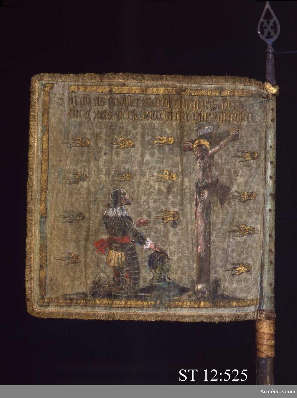 """Inre sidan : En med kejsarkrona krönt dubbelörn hållande svärd och spira. I hjärtskölden syns Österrikes vapen omgiven av Gyllene skinnets ordenskedja. Upptill initialerna. """"F III"""" och """"R.I."""" (Ferdinandus III Rex Imperator = Ferdinand III, kung och kejsare). Yttre sidan: Golgatascen med Kristus på korset och knäfallande harneskklädd krigare"""