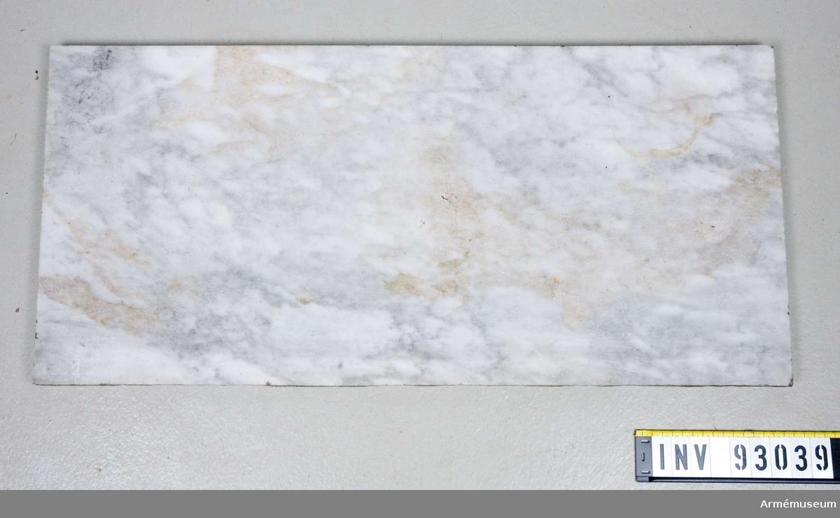 Förgyllt bord i form av ett musikinstrument med bordskiva av marmor. Ska stå under en spegel.