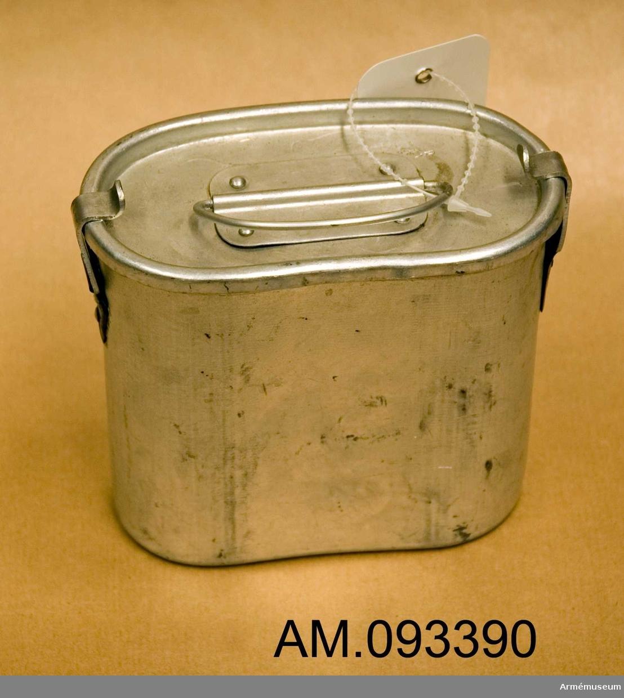 Behållare i aluminium med lock försett med ring.