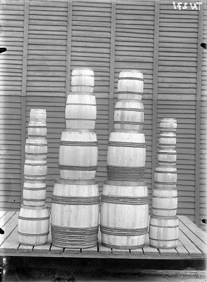 """Enligt senare noteringar: """"Tunnor, olika storlekar och sorter, vid Uddevalla Tunnfabrik."""""""