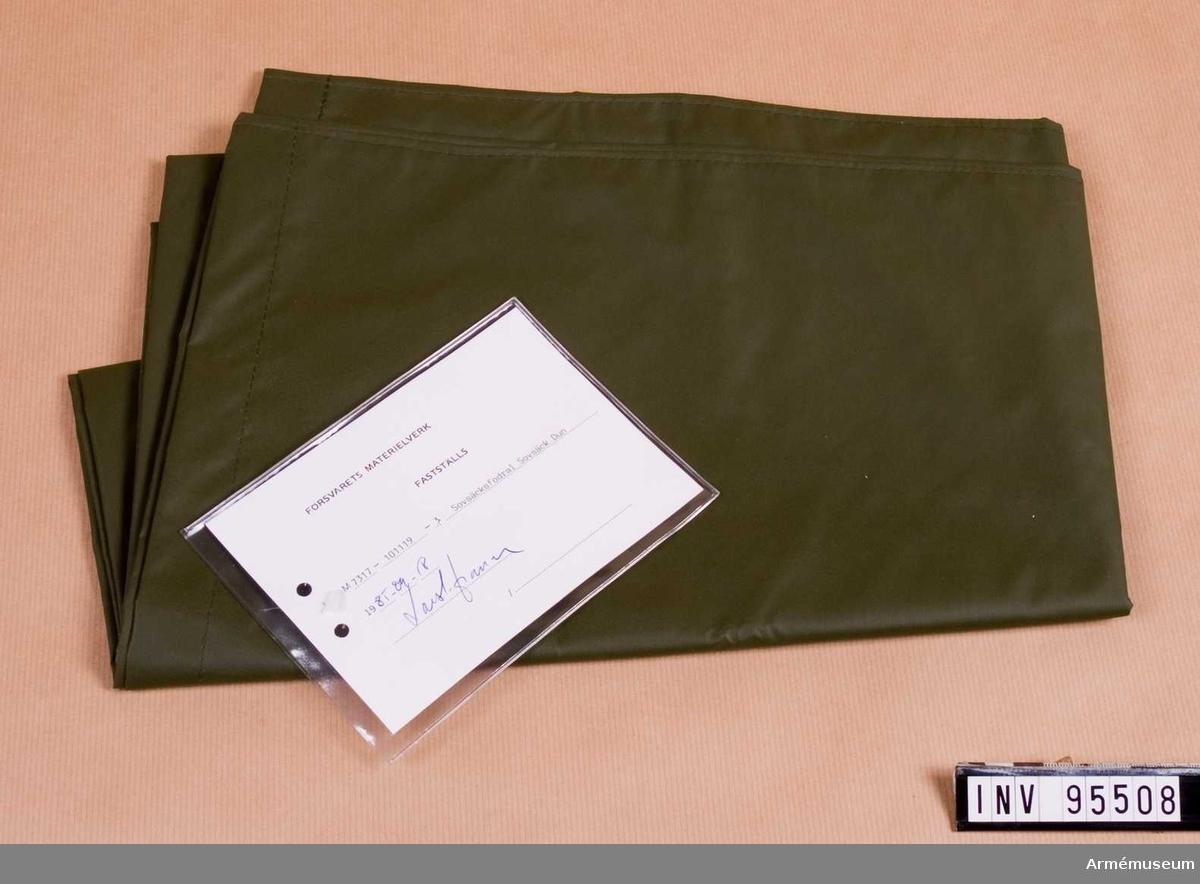 """Vidhängande etikett: """"Försvarets materielverk Fastställs M 7317-101119-3, Sovsäcksfodral Sovsäck Dun, 1985-09-18 (oläslig underskrift)""""."""