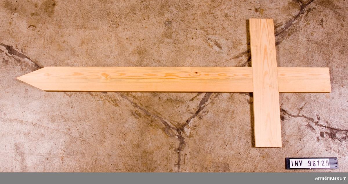 Tillverkad i enlighet med anvisningar i 1975 års krigsgravinstruktion av Fonus träindustrier i Falköping, kontrakterad leverantör av gravkors.