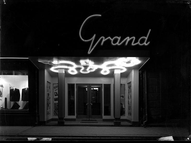 "Uppgift enligt fotografen: ""Uddevalla. Entrén Biografen ""Grand"" Drottninggatan."""