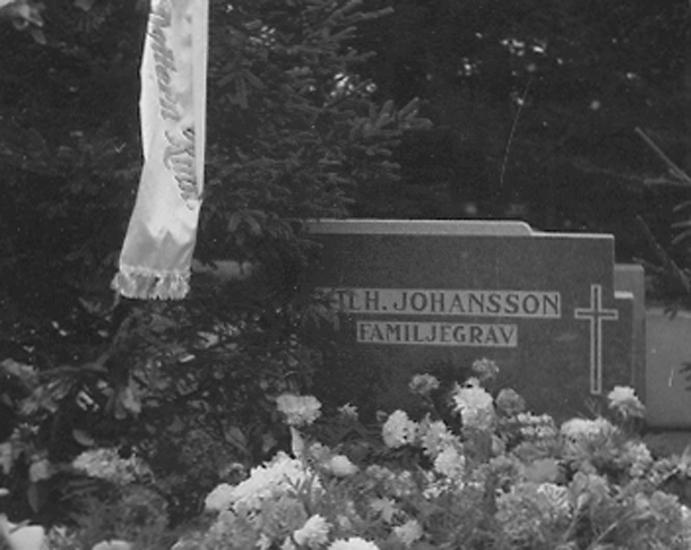 """Text till bilden: """"Vilhelm Johansson. Familjegrav. 1947.09.21""""."""