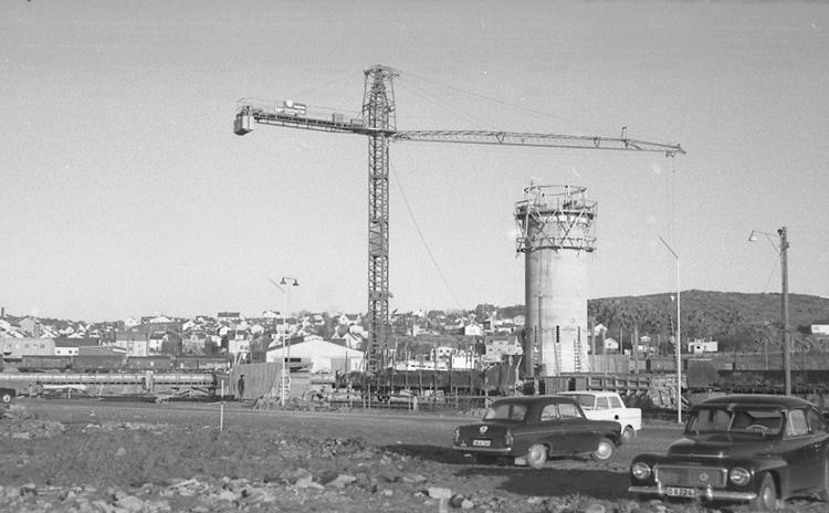 """Text till bilden: """"Lysekil. Grötö. Fyren under byggnad. 1964.10"""""""