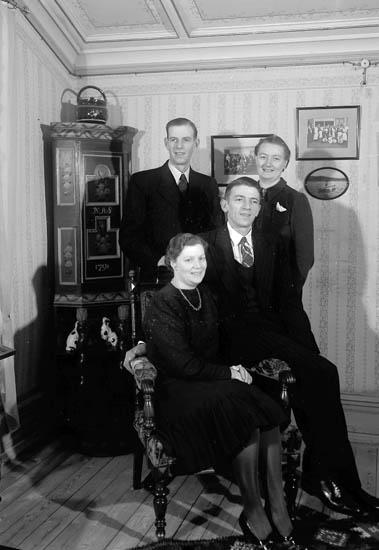 """Text till bilden:""""Syskonen Andersson på gamla pensionatet. Ett hörnskåp anno 1791. Gamla pensionsmötet 26/12-1941""""."""