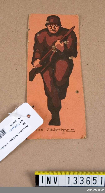 Föreställer brunklädd soldat som håller i ett gevär med bajonett. Aggressivt ansiktsuttryck. Hjälmen påminner om de tyska för tiden vid Andra Världskriget.  Måltavlan har ett antal hål.