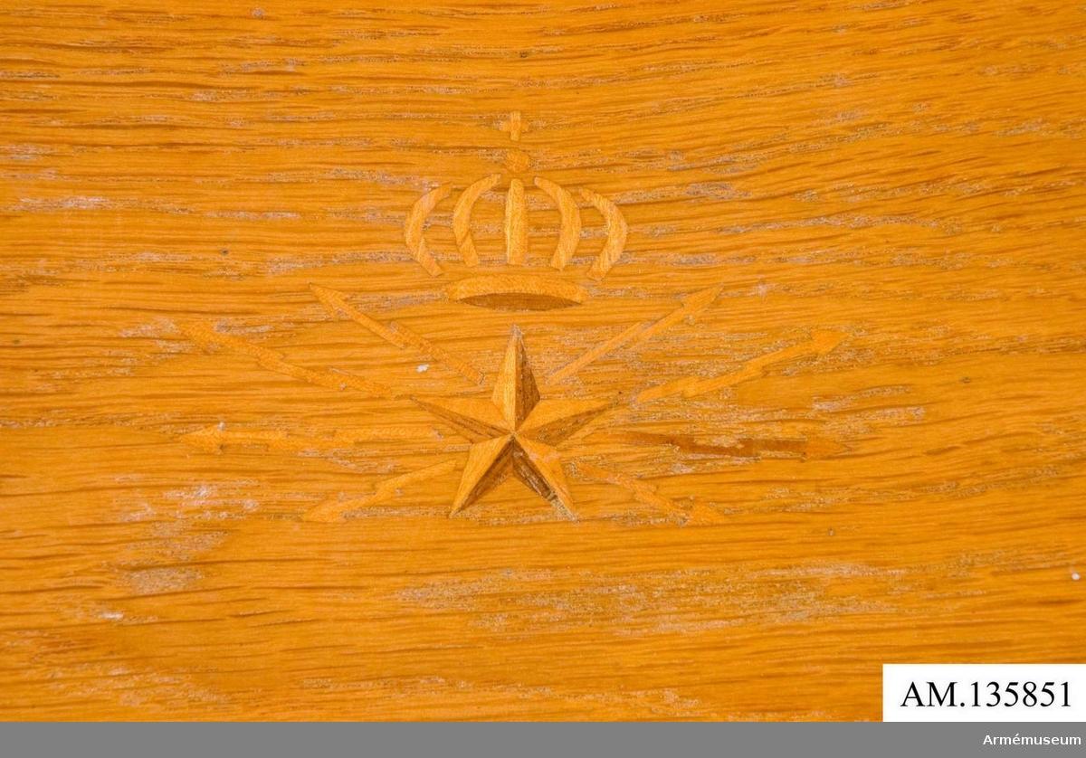 Stol med Televerkets emblem i intarsia i ryggen.