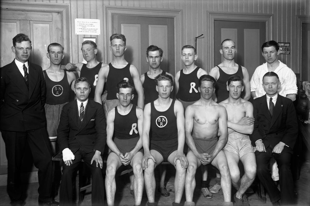 "Medlemmar i BK Ringen i sin klubblokal i Jönköping. Övre raden: Allan Starkenberg (1), Jonas Jonasson (2), Karlsson (3), Ragnar Nilsson (4), Lars Thörn (5), Sten Hernell (6), Sigvard Karlsson (7), Gavelli (8). Nedre raden: Robert Bergdal (1), Henry Asp (2), Roland ""Rulle"" Roman (3), Oskar Eriksson (4), Karl Erik Lindkvist (5)."