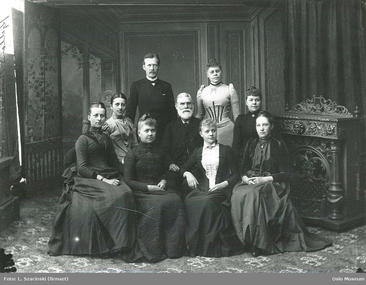 familiegruppe, menn, kvinner, sittende og stående helfigur