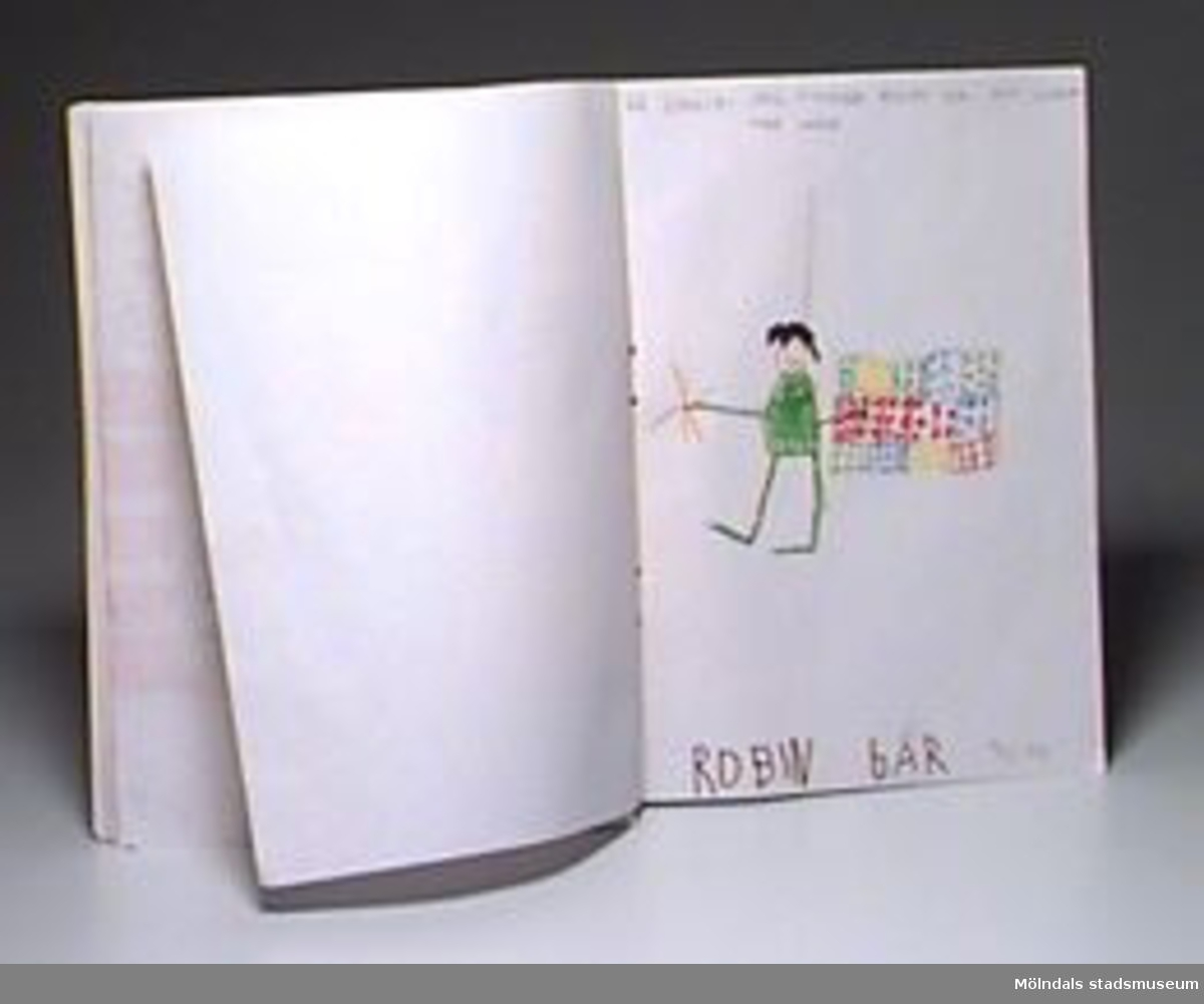 """Hopknuten bunt med teckningar på A4-papper (några gula). Teckningarna (en del har målats) är över temat: vad som är bra på dagis, respektive hemma. Barnen var i åldrarna 3-7 år på avdelningen """"Hoppetossan"""". En del av de 30 teckningarna är signerade av konstnärerna själva. En del barn har skrivit förklarande text.Gåva av Katrinebergs Daghem genom Birgitta Bilting."""