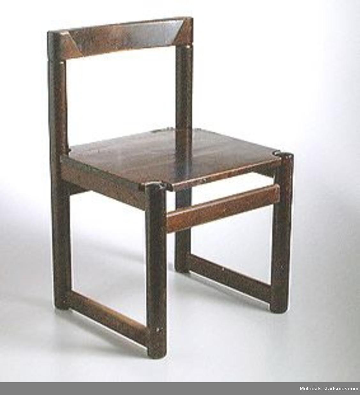 Brunbetsad barnstol i trä.