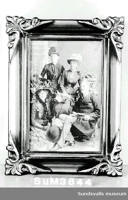 Fotografiskt grupporträtt inom glas och ram. Profilerad träram målad i guld. Porträttet föreställer bl.a. Axel och Augusta Silfverling. Augusta, född i Sundsvall 14/10 1855, dotter till grosshandlare August och Carin Sundberg, död 12/7 1927. Augusta var syster till Maria Rieck-Müller. Litt.: Maria Rieck-Müllers arkiv, Sundsvalls Kommunarkivs samlingar, Medelpads arkiv.