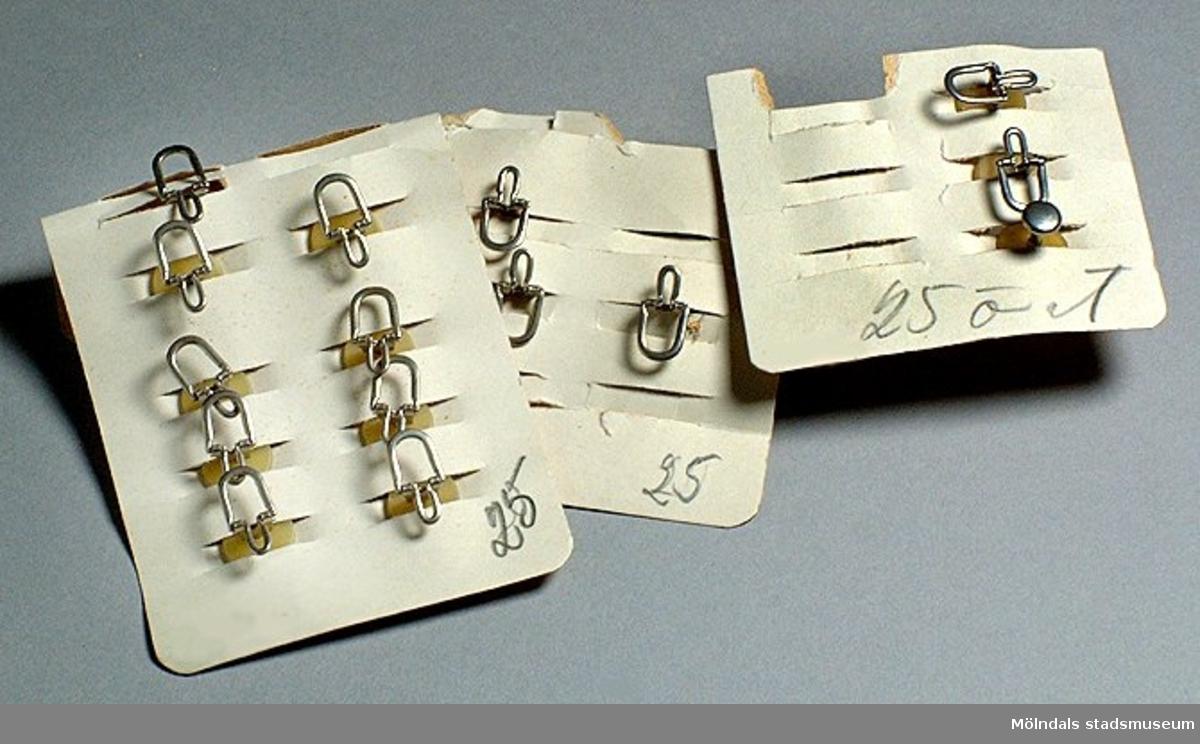 Fyra originalkartor med totalt 19 stycken kragknappar som enl. märkning kostat 25 öre/st.