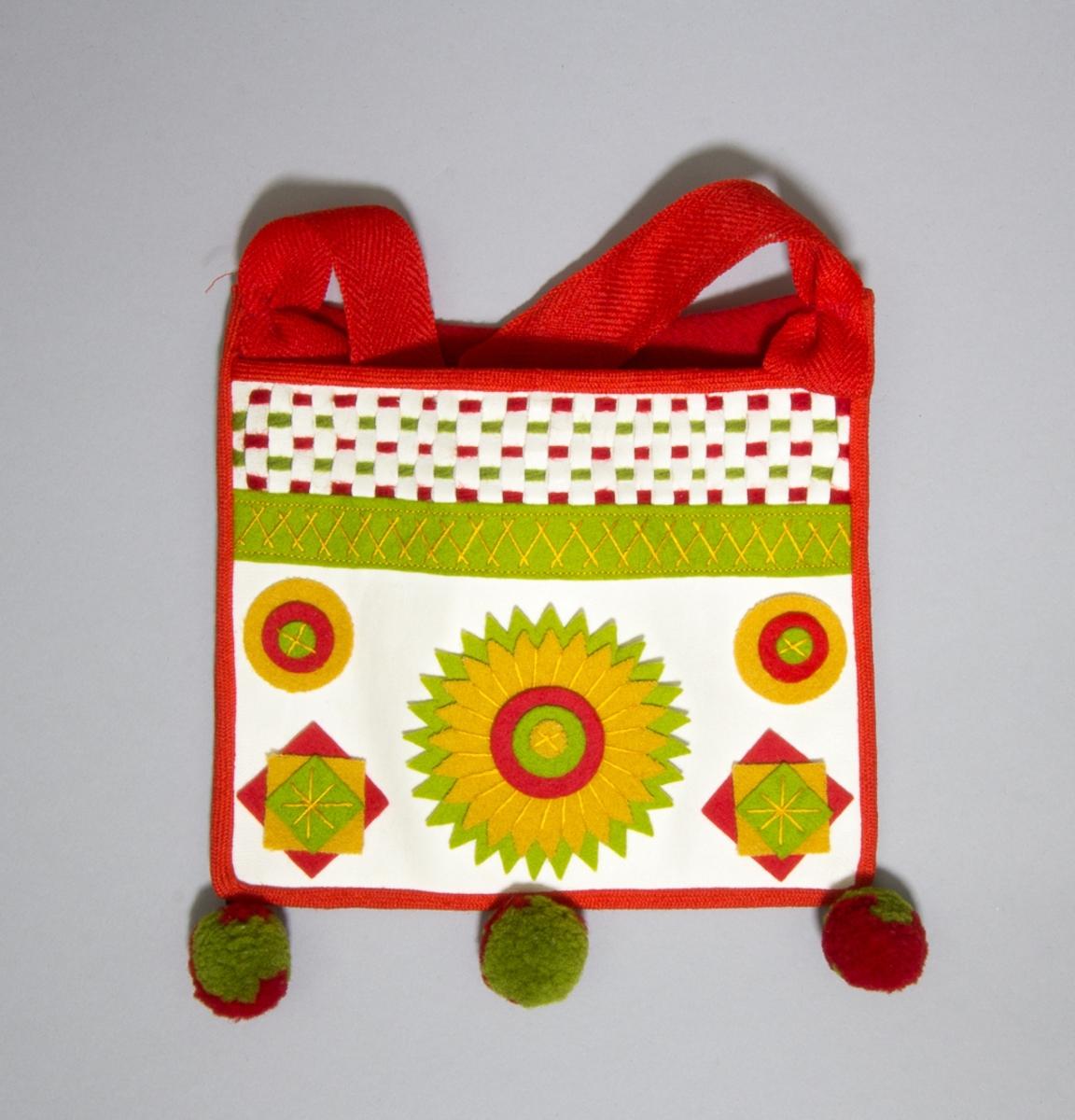 """Kjolsäck till dräkt för flicka från Rättviks socken, Dalarna. Modell med avskuret framstycke. Tillverkad av vitt skinn med applikationer av gult, grönt och rött kläde, fastsydda med gult bomullsgarn med sticksöm. Ovanför applikationerna en remsa grönt kläde med flätsöm, ovanför denna en """"grind"""" flätad av remsor av vitt skinn samt rött och grönt ullgarn. Framstycket fodrat med rött glansigt fabriksvävt bomullstyg, tuskaft. Kantad runtom med rött diagonalvävt ylleband. Tre tofsar av ullgarn i rött och grönt fästa längs bottensömmen. Bakstycke av rött ylletyg, fabriksvävt, kypert. Axelband av rött fabrikstillverkat spetskypertvävt band av ull."""