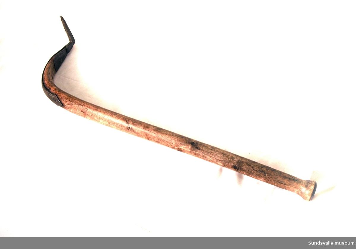 Bärkäpp med böjt träskaft och fastnitad järnspets. Avsedd att fattas med höger hand. Bärkäppen (bärspaken) användes av stabbläggarna vid sågverken till att styra de plankor man bar på axeln.