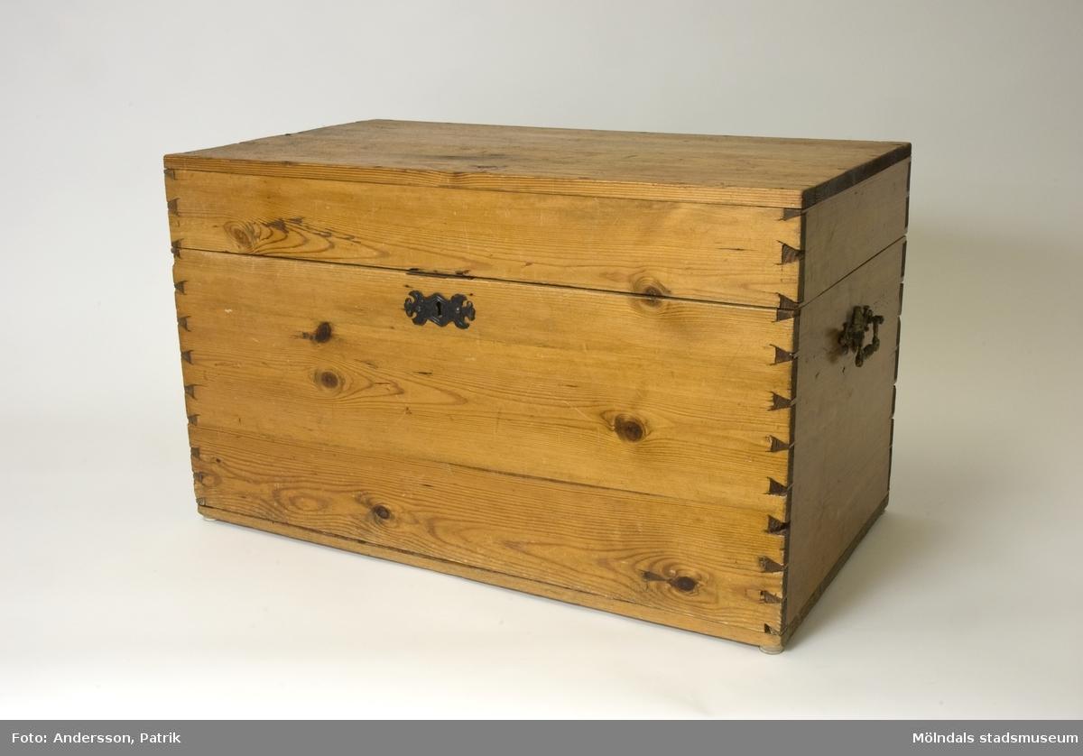 Kofferten har tidigare använts av tungviktsboxare Henry Nicklasson för förvaring vid resor.Fram till inlämning har kofferten använts för förvaring av prispokaler, medaljer osv. som tilldelats Nicklasson under hans boxningskarriär. Koffert av omålad furu. Hörnen med synliga zinkar.