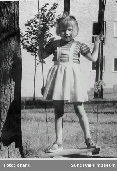 SCA Grafhic Research AB. Inlånade privata och arbetsrelaterade bilder med koppling till forskningslaboratoriet. Bild 7. Fru Britta Pettersson f Zetterström, hennes barn överst på trappen Ulla-Britt Källberg f Pettersson. Sittandes på nästa rad från vänster Bittas andra dotter Elisabeth Liljeholm f Pettersson.