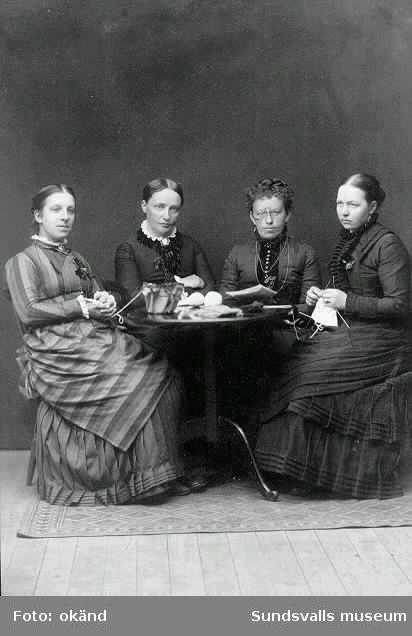 """""""Läsecirkel i Sundsvall på 70-talet"""". Fr vänster Aurora Tisell, Anna Modin, Ellen Berg samt Selma af Sandeberg."""