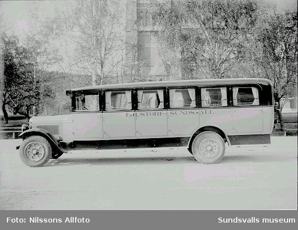 Gammal buss, med text Ljustorp Sundsvall.