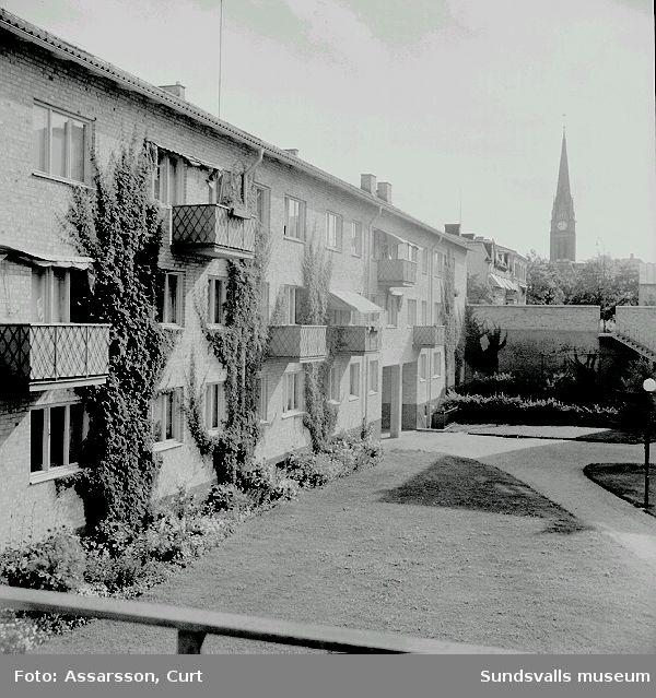 Flerbostadshus i kv Hovrätten 4. Fastigheten uppfördes 1945 - 1946 för bostadsrättsföreningen Tjärnbacken, HSB. Arkitekt var Sven Wallander på HSB:s Riksförbunds Arkitektkontor. Anm. tidigare kv, Klockgjutaren / CA.