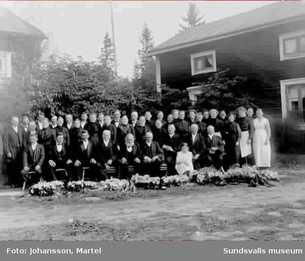Grupporträtt. Morfars begravning 1916. Text till bild.
