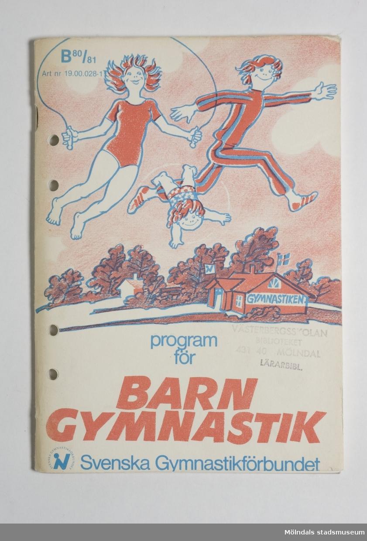 """Innehåller såväl olika gymnastikövningar till olika typer av sånger.På framsidan finns det tre barn i olika åldrar som rör sig.""""Program för BARNGYMNASTIK"""".Framsidan är rödaktig."""